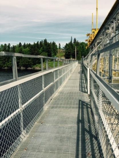 Pont sur le lac a Alma