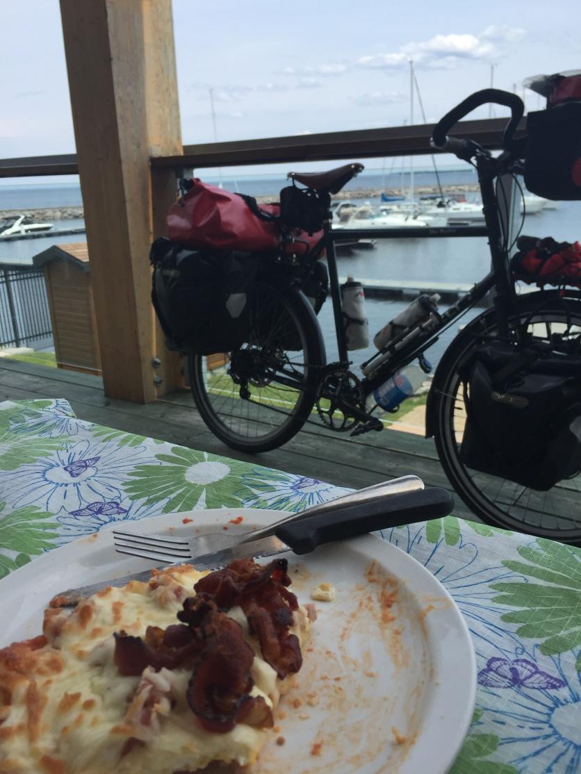Pizza-déjeuner au resto de la Marina de Roberval.