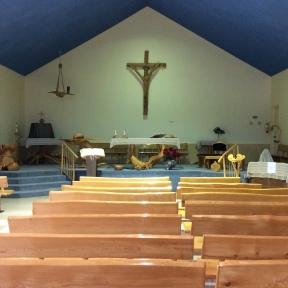 Le mobilier de l'église fabriqué à partir de racines d'arbres.