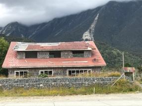Vestige d'une maison détruite par le volcan en 2008