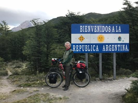 Le sentier à gauche se rétrécit a 500cm immédiatement après la pancarte! Bienvenu en Argentine!