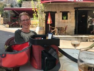 Pause au café du village.